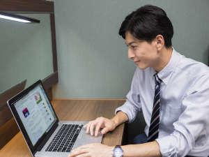 コンフォートホテル釧路:【客室】広々デスク♪PCを広げても余裕のあるデスクスペース