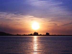羽衣:東郷湖から眺める夕日は絶景です。