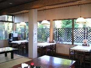 ビジネス旅館丸直:桜並木に面した食事処。季節の移り変わりを楽しみながら食事ができます。