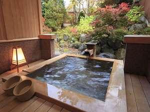 5つの源泉掛け流し 和風宿 岡部荘:貸切露天風呂 お気に入りの本を持ち込んで半身浴も楽しめるよ