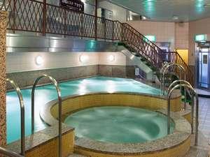 旭川グランドホテル(星野リゾートグループ):【スパプラトー】低温バスは31~32℃。(奥)、ジャグジーは41℃~42℃(手前)