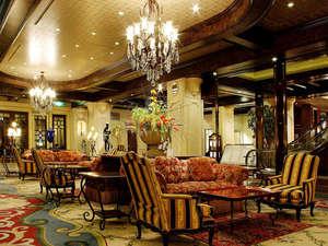 旭川グランドホテル(星野リゾートグループ):【1階ロビー】ゴージャスな雰囲気が非日常的なステイをお約束致します。