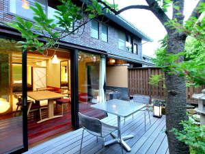 萩城三ノ丸 北門屋敷:【ガーデンスイート一例】専用庭園に面したテラスと露天風呂で四季を楽しむ露天風呂客室。