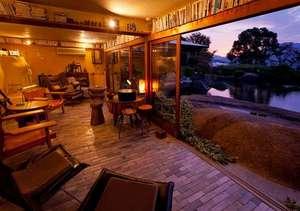庭園の宿 石亭:夕暮れ時の床下サロン