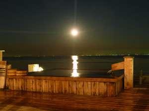 星降る露天とかにまぶし 豊洋荘:月も降るように見える露天風呂