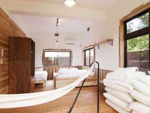 Private House NINUFA:シングルベッドと布団を組み合わせた寝室