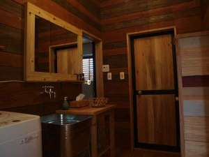 Private House NINUFA:木の温もりが感じられるバスルーム。こちらは脱衣場兼洗面所となります。