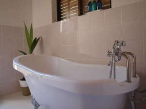 Private House NINUFA:バスタブ完備のバスルーム。お湯につかりながらゆったりとおくつろぎいただけます。