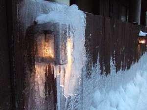凍りついた外壁の灯り~ちょっとアートしてる?(撮影~2月)