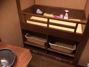 【ベビーベッド】全てのお風呂の脱衣所や一部トイレなどに設置してあります