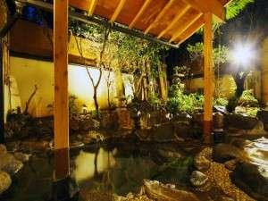 土肥温泉 旬の味覚を楽しむ宿 みなみ荘:貸切露天は館内に2箇所。木々に囲まれた岩露天