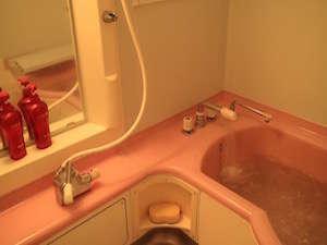 ゲストハウス 土佐:湯船にたっぷりのお湯で寛いでいただけます。