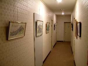 ロッジ山旅:客室の廊下に山の絵のミニギャラリー開設中