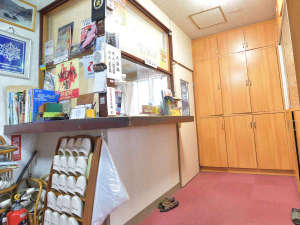 温湯温泉 三浦屋旅館:*【フロント】外来入浴で地元客でも賑わっています。