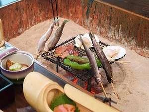 囲炉裏の宿 豊楽:炭であまごや鮎を焼いて食べられます