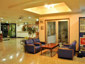 ビジネスホテルプラムフィールド:【ロビー】休憩や待ち合わせに。広々としたロビーです。