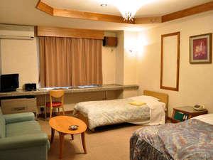 ビジネスホテルプラムフィールド:【ファミリールーム】ダブルベッドとシングルベッドが入ったお子様連れのファミリー専用ルームです。