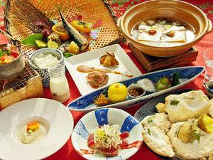 """旭川旭岳温泉 湯元 湧駒荘:ありきたりな旅館料理からの脱却を…。創作会席""""遊食膳""""は当館ならではのお膳となります。"""