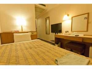 八王子スカイホテル:シングルルーム・・ベッドはゆったりサイズのセミダブル。有線・無線LAN完備です。