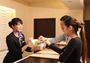ダイワロイネットホテル大分:チェックイン風景  女性のお客様にレディースアメニティをプレゼント♪