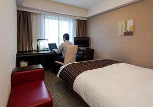 ダイワロイネットホテル大分:滞在イメージ:ゆったりサイズのベッドと仕事が捗るワイドデスク。