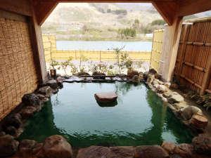 咲花温泉 いろりの宿 平左エ門:◆【露天風呂・岩の湯】時間帯や気温によって透明~美しいエメラルドグリーンに色を変えます。