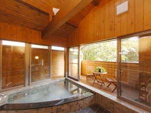 赤ちゃん・チビッコ大歓迎!  ペンション トロールの森:ウッドデッキのある開放的な露天風浴室は貸切で利用できます