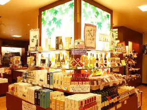 売店「紅の小径」 ワインをはじめ定番のお土産など豊富な品揃え。
