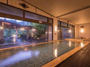 180度窓に囲まれた、開放感ある大浴場。ご宿泊のお客様は夜通しご利用いただけます。
