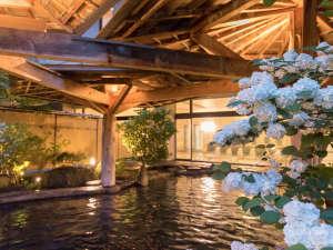 ご宿泊のお客様は夜通しご利用いただける露天風呂。ゆったりとお湯に浸かり旅の疲れを癒してください。