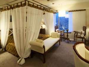 ラフォーレ蔵王リゾート&スパ:バリ風天蓋付きベッドと調度品に囲まれたジャワツイン。ベッドは、ハリウッドツイン。