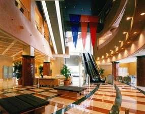ラフレさいたま:清潔感のあるロビー。館内には24時間営業のコンビニやフィットネスジムなど施設が充実。吹き抜けで開放的。