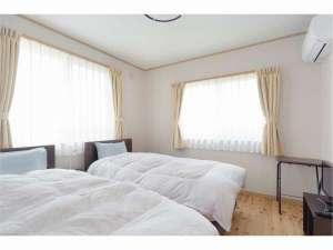志賀高原山麓・信州中野 小さな旅の宿 ゲストハウスかのか:ツインルーム。無垢の木床の部屋にベッド2台のお部屋です。志賀高原や北信州の山並み眺望があります。