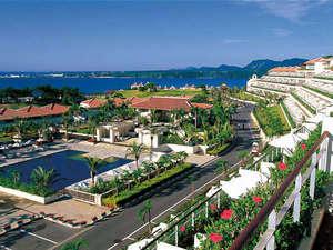 【全景】緑と赤瓦、青い海や色とりどりの花々。色彩豊かなカヌチャの景色。