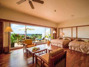 カヌチャベイホテル&ヴィラズ:全室49平米以上のカヌチャのゲストルームは、高い天井と大きな窓が特徴。