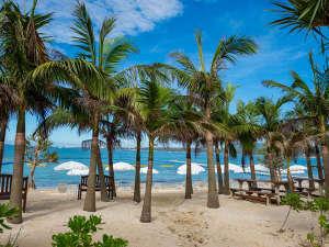 カヌチャベイホテル&ヴィラズ:【カヌチャビーチ】青い海、白い砂浜でたっぷりと南国リゾートを満喫