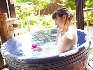 奈良万葉若草の宿 三笠:【風の棟特別和洋室】信楽焼きの陶器露天風呂。お部屋露天にキャンドルを浮かべ癒しのひと時を♪