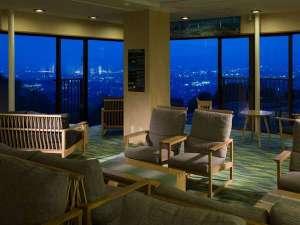 奈良万葉若草の宿 三笠:月の棟3階ロビーは絶好の夜景鑑賞スポットです♪セルフバーのカクテルを片手にお寛ぎのひと時を・・・。