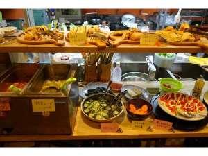川上山荘:ある日の献立の一部。自家製パンなどがカウンターに並びました
