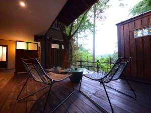 山荘 天水:特別室『かをり』テラス 広々テラス。お部屋に備えるバスローブを羽織り、のんびり、贅沢に。