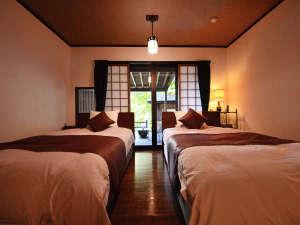 山荘 天水:特別室『あさもや』寝室 シモンズ製セミダブルベッドを二つ配置。