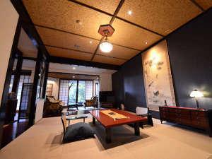 山荘 天水:特別室『かをり』 広々とした客室。お食事はこちらでご用意致します。
