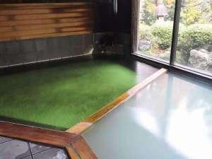 咲花温泉 一水荘:大浴場 エメラルドグーリンのお湯、2層あって白っぽく濁るときも有ります