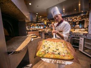 シェラトン・グランデ・オーシャンリゾート:ガーデンビュッフェ「パインテラス」で焼きたてピザをどうぞ!