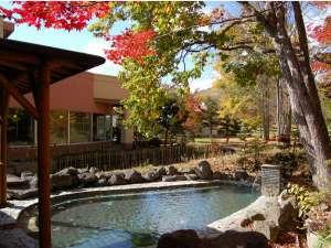 旅館 塩別つるつる温泉:秋の男性露天風呂