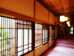 大正浪漫の宿 渡月庵:玄関からお部屋へとつづく廊下。