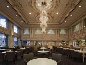 新横浜グレイスホテル:1階ティーラウンジ「パレグレイス」空から差し込む光がシャンデリアを美しく見せております 。