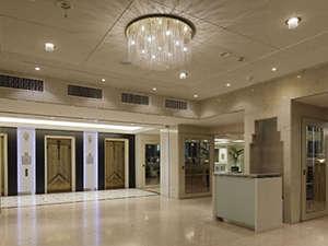 新横浜グレイスホテル:明るいロビーでお出迎え致します♪
