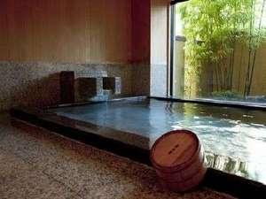 下呂温泉 川上屋花水亭:御影石えお使用した 源泉掛け流しの内風呂です 下呂の名泉をご堪能下さい