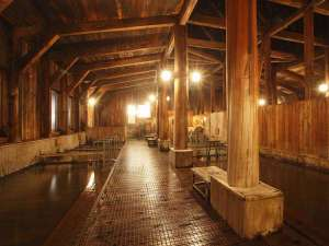 湯治のふる里 玉川温泉 自炊部:大浴場 強酸性にも強い総ヒバ造り。浴槽の種類も豊富で体調に合わせてご利用できます。